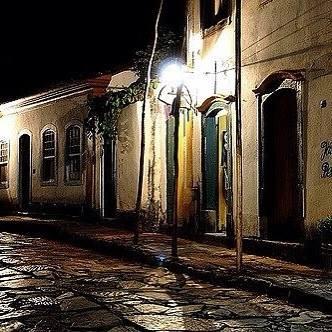 As ruas de pedras e os telhados coloniais realçam com o brilho das águas, e a Serra de São José coberta pela neblina é um espetáculo a parte
